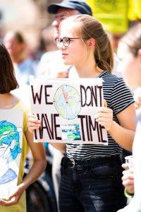 Giovane durante manifestazione per il clima